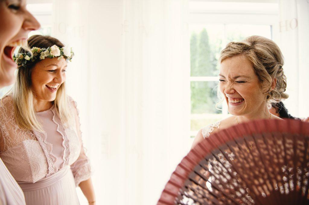 Braut Getting Ready-Hochzeitsfotograf Mainz-Brautkleid